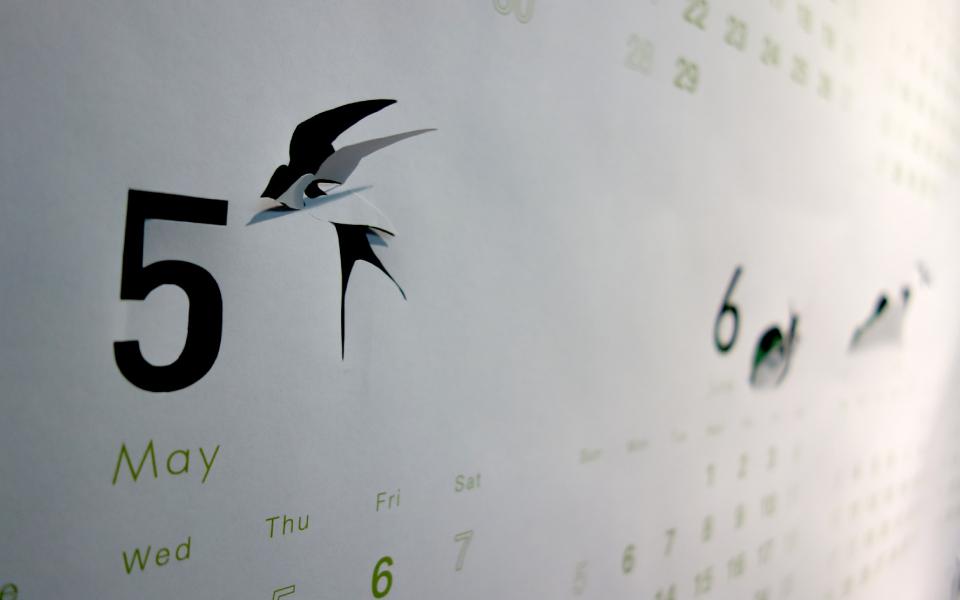 福岡県にあるデザイン事務所プロダクションの社内カレンダー。切り抜きやポップアップによる遊び心のあるデザイン