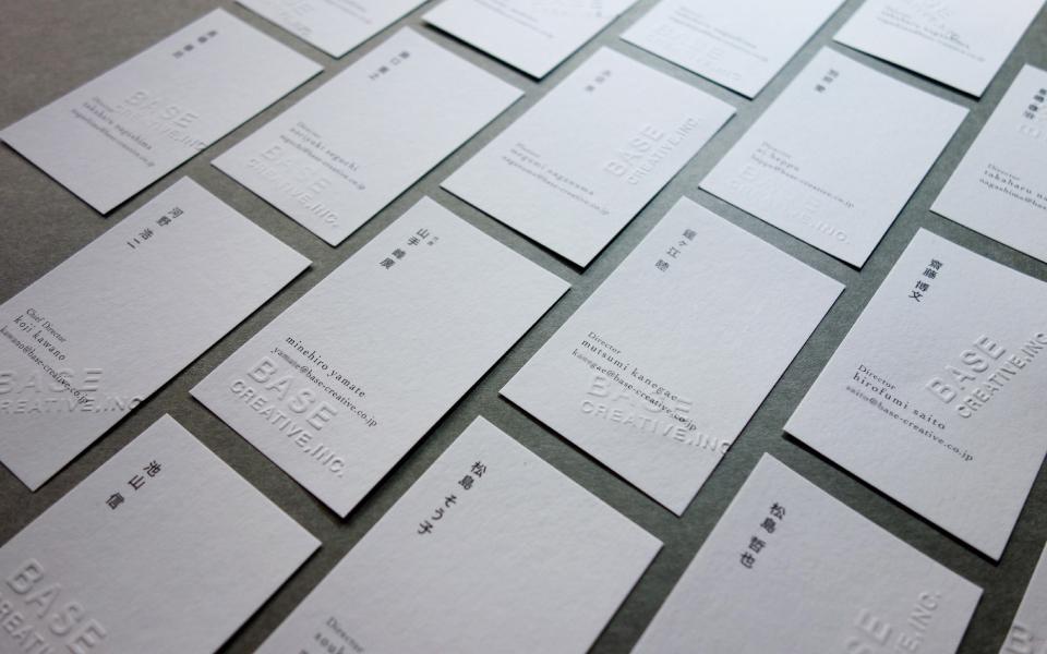 福岡にあるデザインプロダクション/デザイン事務所の名刺を並べている