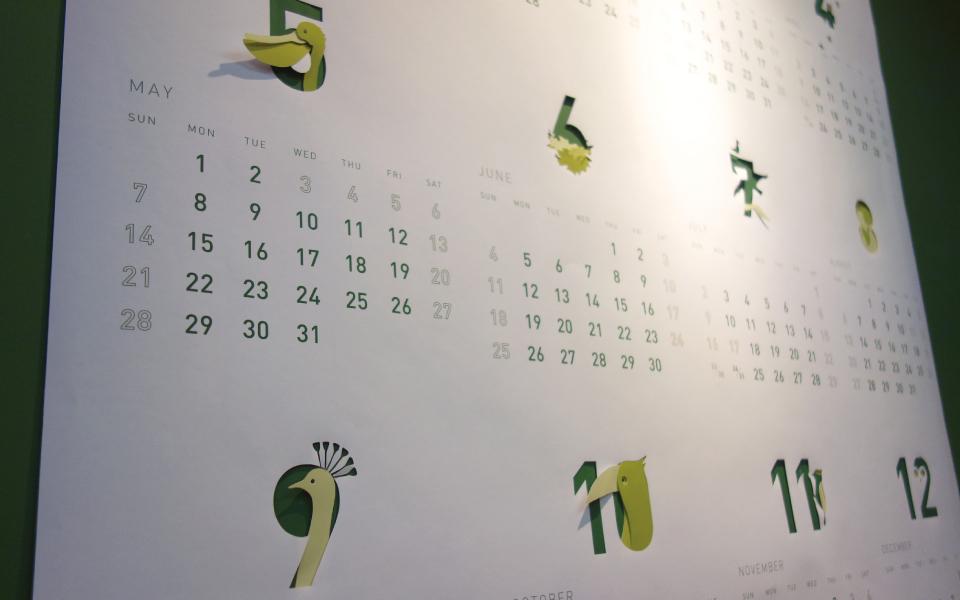 福岡と東京に事務所を置き、グラフィックを中心としたデザイン事務所の2017年度オリジナルカレンダー。酉年というこで鳥をアイコン化し、切り抜きやポップアップで楽しく表現