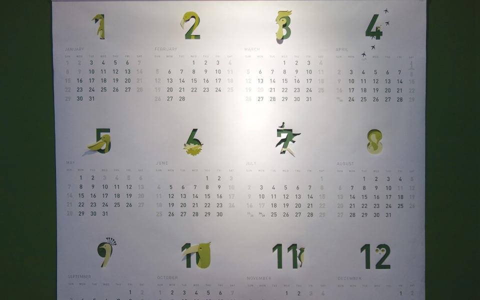 福岡と東京にあるデザイン事務所の2017年度オリジナルカレンダー。酉年というこで鳥をアイコン化し、切り抜きやポップアップ加工。1枚限りの完全ハンドメイド