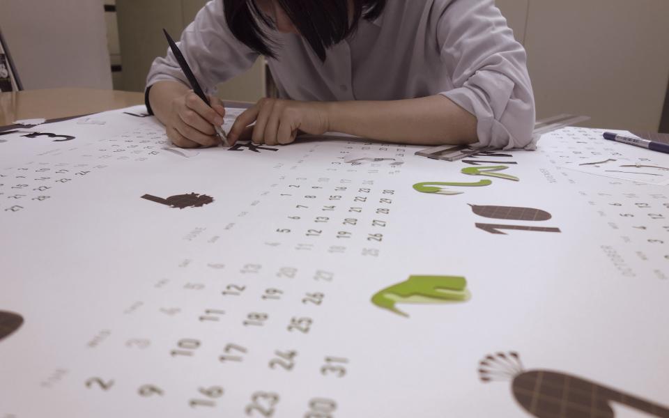 スタッフ制作、加工によるデザイン事務所らしいオリジナルカレンダー
