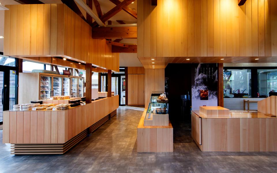 福岡県のデザイン会社の制作事例。佐賀県吉野ヶ里にある、みつせ鶏を扱うみつせ鶏本舗本店店舗デザイン。木を基調とした落ち着いた内装