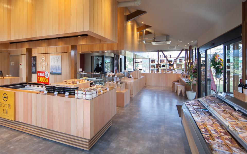 佐賀県吉野ヶ里にある、みつせ鶏を扱うみつせ鶏本舗本店店舗デザイン。惣菜、精肉も取り揃える