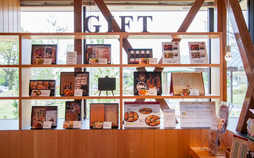 佐賀県吉野ヶ里にある、みつせ鶏を扱うみつせ鶏本舗本店店舗デザイン。ギフトコーナーも充実