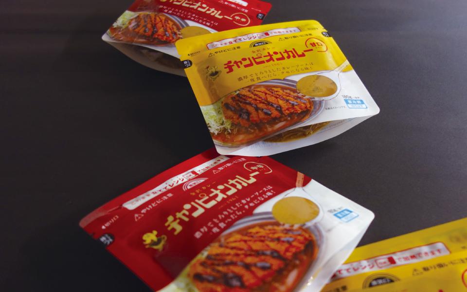 金沢カレー発祥のチャンピオンカレー。カレーのパッケージデザイン。レンジで加熱できるようにスタンドパッケージ。中辛と甘口を展開したデザイン