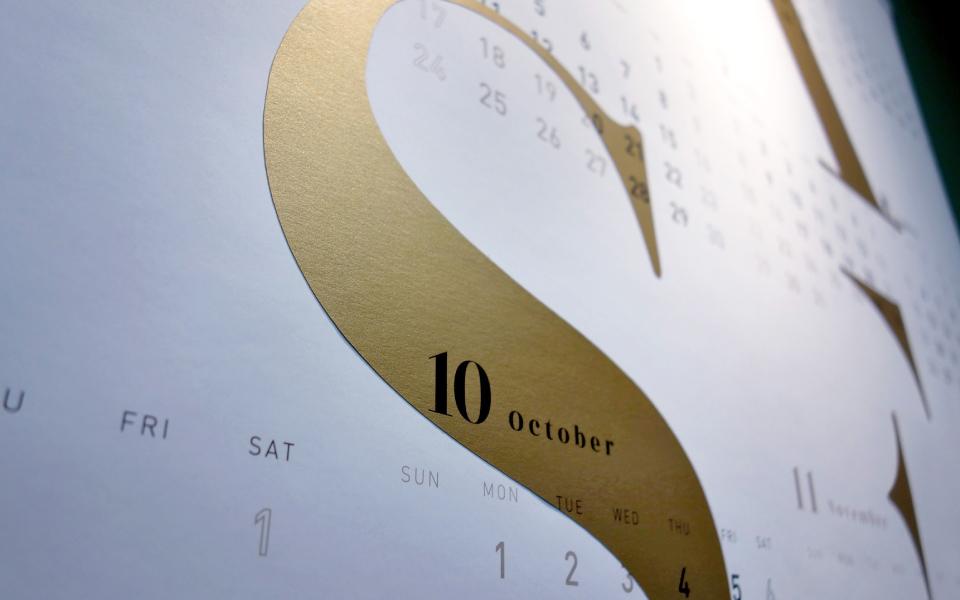 東京と福岡にあるデザイン事務所のオリジナルカレンダー。2018年のカレンダーです。スタードリームのアンティークゴールドという紙を使用し、シンプルに重厚感のあるdesignに作成