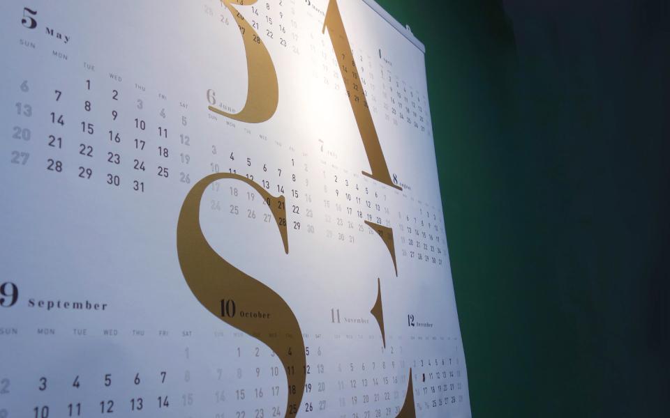 福岡のデザイン事務所calendar。シンプルに重厚感のあるdesign。ゴールド部分はスタードリームのアンティークゴールドという紙を使用